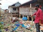 kepala-desa-celagen-bahtiar-saat-menunjukkan-sampah-yang-berserakan-di-desa-celagen.jpg