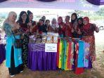 ketua-kelompok-batik-tulis-desa-kace-timur-eca-deswanti-saat-memamerkan-batik-tulis_20171013_200659.jpg