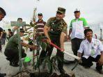 kolonel-inf-tjaturputra-gunadi-genah-memimpin-kegiatan-rehabilitasi-hutan_20170511_093223.jpg