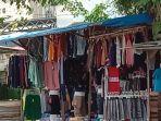 lapak-jual-pakaian-di-trotoar-jalan-sekitar-pasar-trem-kamis-1162020.jpg