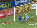 liga1match-diving-header-striker-persib-bandung-wander-luiz-ke-gawang-persela-lamongan.jpg