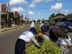mahasiswa-kkn-ubb-bersama-warga-balunijuk-bergotong-royong-membersihkan-jalanan-desa.jpg