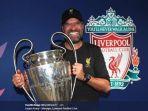 manajer_liverpool_juergen_klopp_memegang_piala_liga_champions.jpg