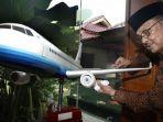 mantan-presiden-bj-habibie-dan-replika-pesawat-regio-prop-80-r80_20170211_072240.jpg