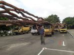 marwan-foto-bersama-barang-bukti-truk-yang-membawa-puluhan-kayu-di-dalamnya_20180226_174133.jpg