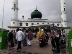 masyarakat-mulai-berdatangan-ke-masjid-jamik-kota-pangkalpinang_20180615_145501.jpg