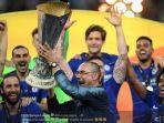 maurizio-sarri-bersama-para-pemain-chelsea-merayakan-trofi-liga-europa-13444.jpg