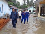 memantau-kondisi-banjir-di-parit-pekir-sungailiat-rabu-172020.jpg
