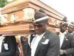 meme-pengangkut-jenazah-joget-di-pemakaman-yang-viral.jpg