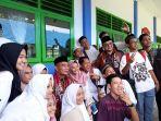 mendikbud-foto-bersama-dengan-para-siswa-sman-3-pangkalpinang_20180323_133920.jpg