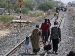 migran-india-pulang-kampung-jalan-kaki.jpg