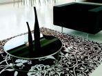 motif-sulur-dengan-dasar-warna-gelap-memberi-kesan-elegan-di-lantai-putih.jpg