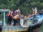 nelayan-saat-menenggelamkan-rumpon-di-pantai-selepuk-kecamatan-tempilang-selasa-289.jpg
