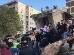 orang-orang-yang-terluka-dievakuasi-dari-reruntuhan-gempa-turki-oke.jpg