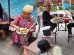 orang-tua-ayu-ting-ting-makan-bersama-asisten-rumah-tangga1.jpg