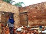 ovi-menunjukkan-reruntuhan-bangunan-rumah-ibunya-akibat-angin-puting-beliung-senin-1532021.jpg