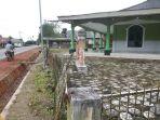 pagar-masjid-di-desa-riau-yang-terkena-pelebaran-jalan_20170612_142551.jpg