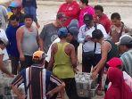 pakter-di-bibir-pantai-tpi-dermaga-desa-batubelubang-saat-mencatat-hasil-tangkpan-nelayan_20180712_133641.jpg