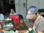 para-pedagang-di-pasar-kite-sungailiat-antri_20180509_143702.jpg