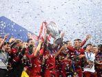 para-pemain-liverpool-merayakan-kemenangan-dengan-trofi-juara.jpg