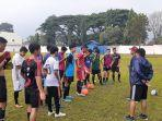 para-pemain-tim-kop-soccer-school-u-17-belitung-dalam-sesi-latihan.jpg