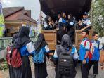 para-siswa-siswi-smp-n-2-manggar-menaiki-truk.jpg