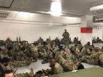 pasukan-garda-nasional-beristirahat-di-parkiran-mobil-gedung-capitol.jpg