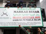 pasukan-tni-polri-berpakaian-lengkap-saat-mencoba-menurunkan-atribut-front-pembela-islam.jpg