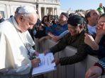 paus-fransiskus-menandatangani-berkat-damai.jpg