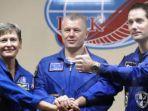 peggy-whitson-bersama-astronot-perancis-thomas-pesquet_20161118_222604.jpg