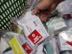 pekerja-memeriksa-paket-obat-dan-vitamin-untuk-pasien-covid-19.jpg