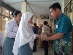 pelajar-disemprotkan-hand-sanitizer.jpg