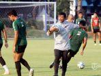 pelatih-timnas-u-23-indonesia-indra-sjafri-memimpin-langsung-anak-didiknya-latihan.jpg