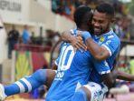 pemain-persib-ardi-idrus-memeluk-ezechiel-ndouassel-setelah-gol-pertama.jpg