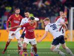 pemain-serang-as-roma-henrikh-mkhitaryan-mengontrol-bola-di-tengah-kawalan.jpg