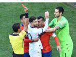 pemain-timnas-argentina-lionel-messi-dan-bek-timnas-cile-gary-medel-menerima-kartu-merah.jpg