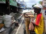 pemulung-sampah-banjir_20160212_171511.jpg