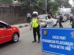 pengawasan-psbb-petugas-kepolisian-dibantu-sudin-perhubu.jpg