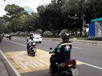 pengendara-sepeda-motor-mematuhi-aturan-untuk-berjalan-di-lajur-kiri.jpg