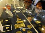 pengunjung-melihat-lihat-emas-batangan-di-sebuah-etalase-butik-emas-logam-mulia-antam-oke.jpg