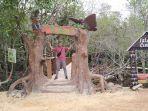 pengunjung-saat-berpose-di-kawasan-mangrove-desa-tukak.jpg