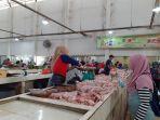 penjual-ayam-yang-sedang-melayani-pembeli-di-pasar-kite-sungailiat.jpg