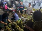 penjual-durian-di-jalan-jenderal-sudirman-kota-pangkalpinang-senin-19122017-malam_20171219_125810.jpg