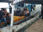 penumpang-kapal-cahaya-buana-yang-menunggu-untuk-diizinkan-bersandar-di-pelabuhan-sadai.jpg