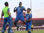 penyerang-persib-bandung-ezechiel-ndouassel-tengah-merayakan-gol.jpg