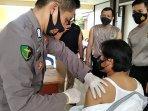 personel-kepolisian-resor-bangka-selatan-saat-menerima-vaksin-covid-19.jpg