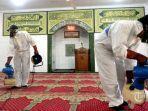 petugas-dewan-masjid-indonesia-dmi-menyemprotkan-cairan-disinfektan.jpg