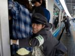 petugas-kereta-api-di-tokyo-jepang-mendorong-tubuh-penumpang_20180513_095047.jpg