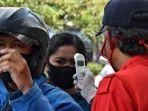 petugas-kesehatan-tengah-mengecek-suhu-tubuh-pengendara-yang-masuk-ke-kota-bandung.jpg