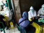 petugas-medis-mengambil-sample-darah-pedagang.jpg
